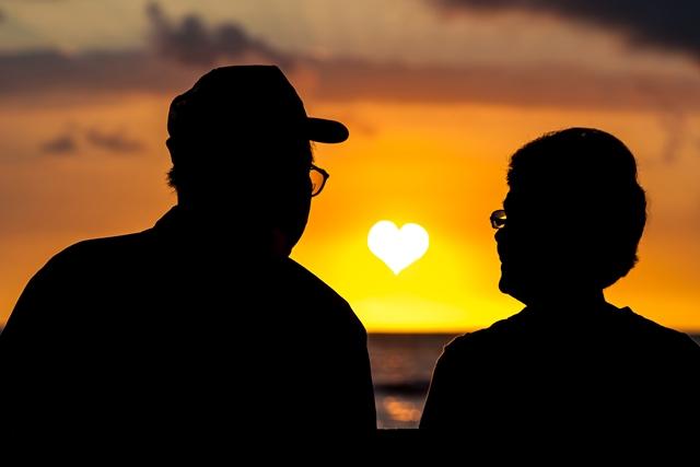 夕日と老人
